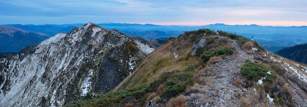 Landschapspanorama met een spoor. herfst in de bergen. ochtend voor zonsopgang. karpaten, oekraïne, europa