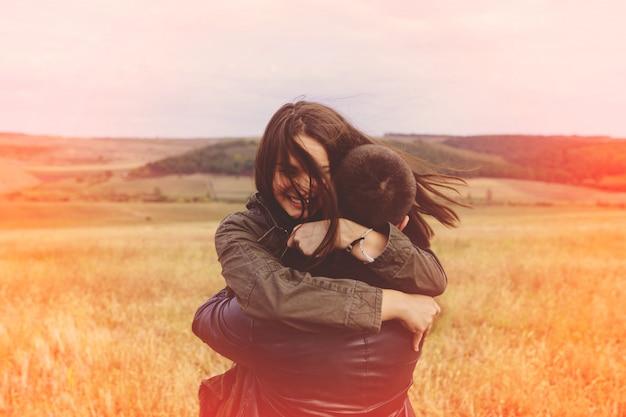 Landschapsportret van jong mooi modieus sensueel paar en hebbend pret openlucht