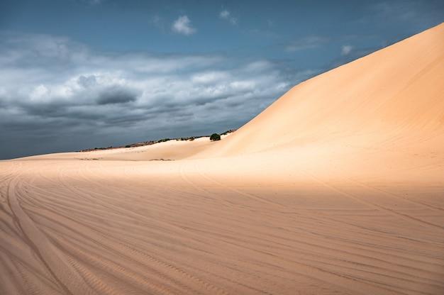 Landschapszandduinen in muine-woestijn in vietnam