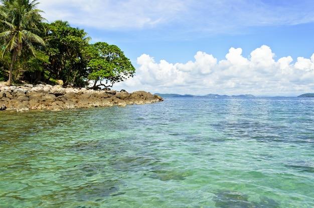 Landschapszee en eiland aan de heldere hemel in de zomer, kust ideaal om te duiken in de provincie chumphon, thailand