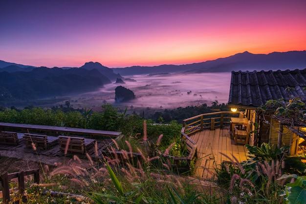 Landschapszee van mist boven bergen