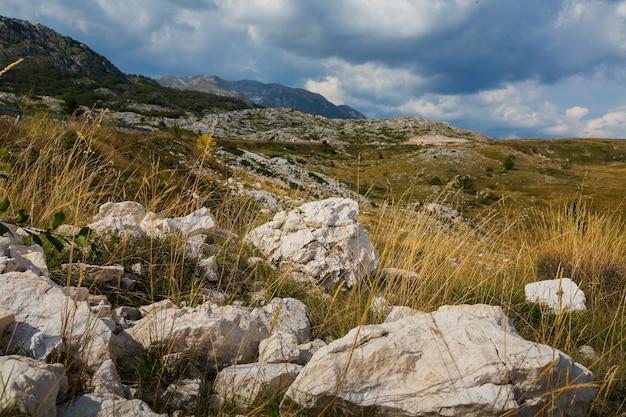 Landweg met rotsen in de bergen