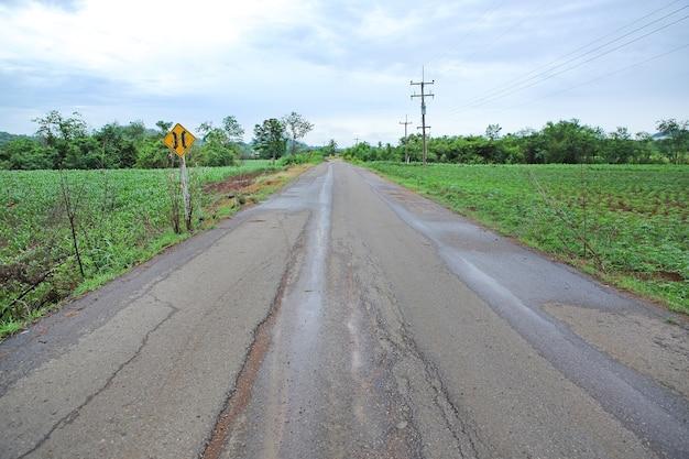 Landweg na regen in thailand.