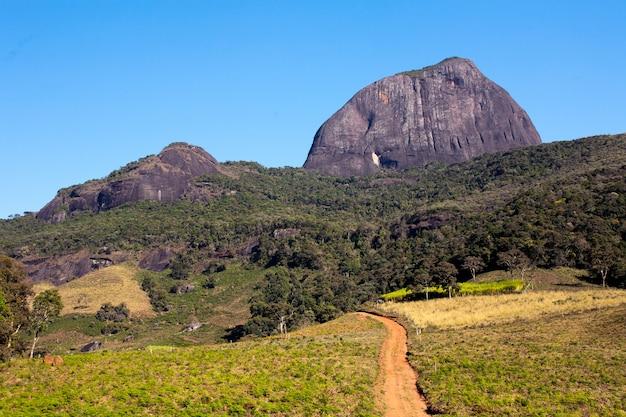 Landweg naar bergbasiskamp