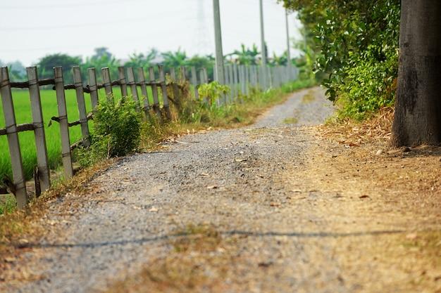 Landweg track met stenen vloer