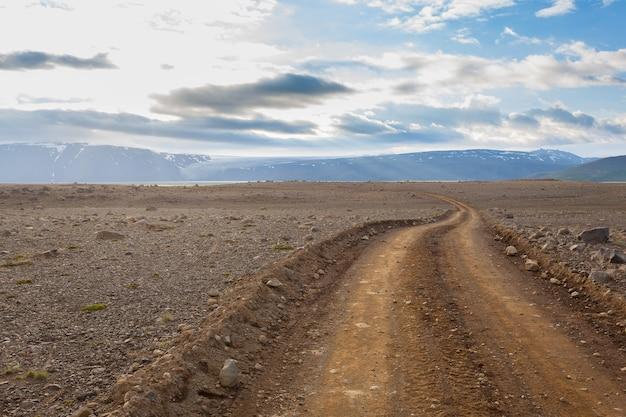 Landweg van hvitarvatn-gebied, het landschap van ijsland. weg in perspectief bekijken.