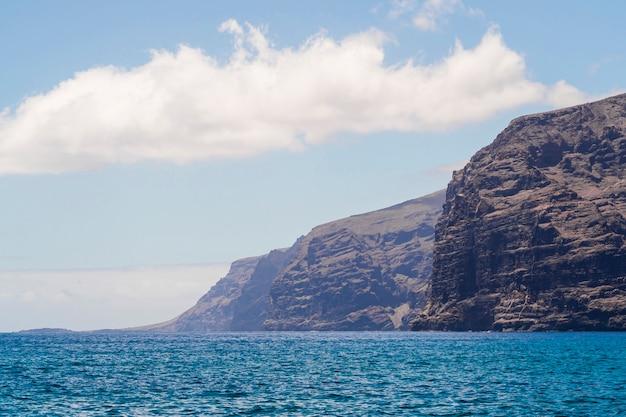 Lang geschoten cliffed kust met kristallijn water