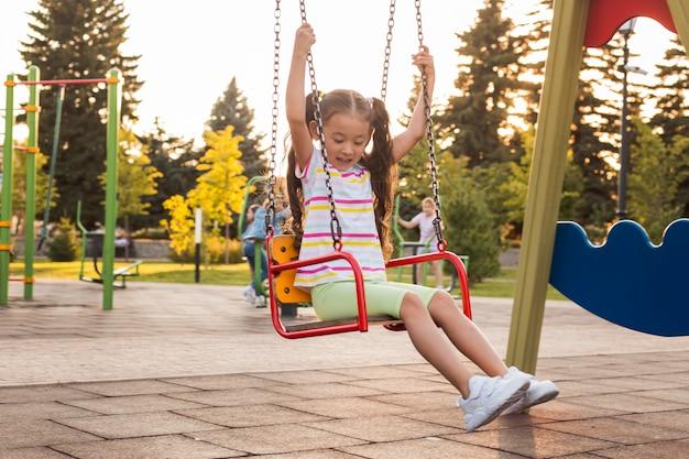 Lang geschoten meisje met plezier in het park