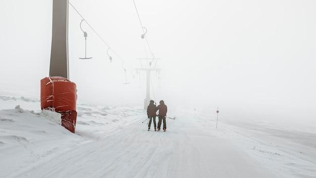 Lang geschoten mensen die in de sneeuw lopen