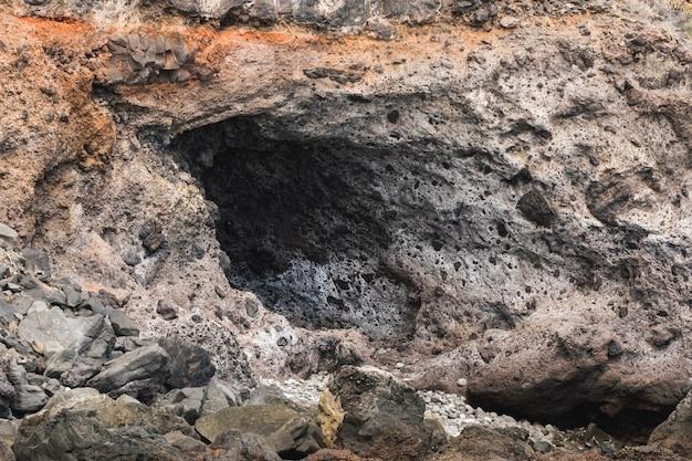 Lang geschoten rotsen uitgehold door de zee