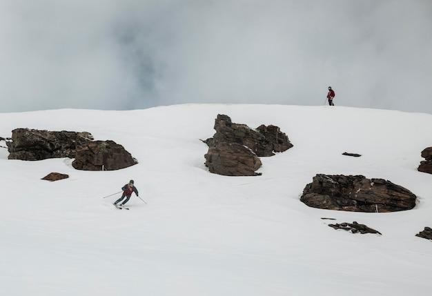 Lang geschoten skiër die uitrusting draagt