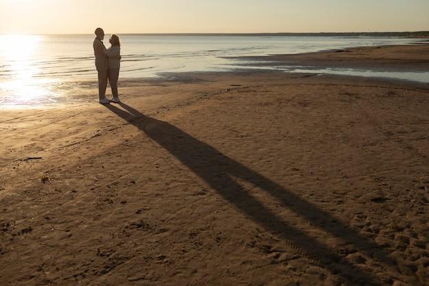 Lang geschoten stel aan zee Premium Foto
