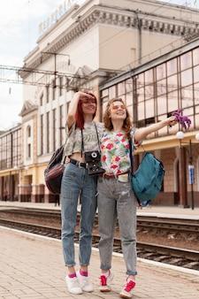 Lang geschoten vrouwen die voor de trein zorgen