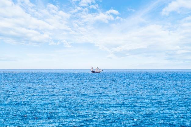 Lang geschotene varende boot op het overzees