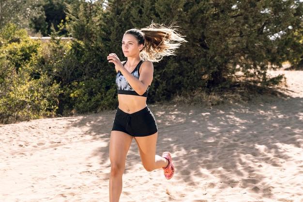 Lang geschotene vrouw in sportkleding het lopen