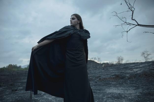 Lang portret van een man gekleed als donkere heks