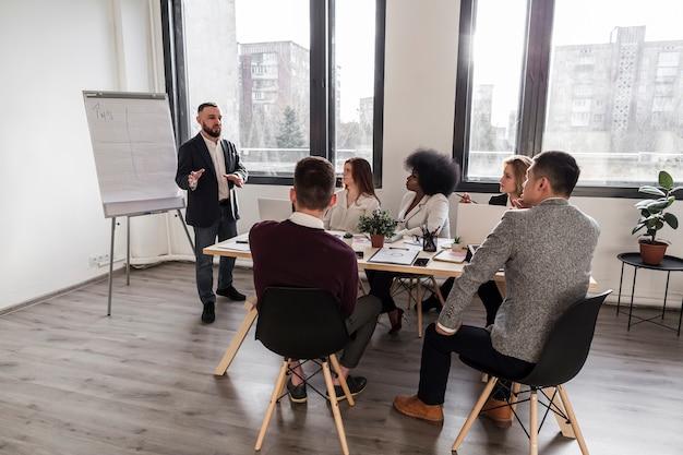 Lang schot van bedrijfsmensen in vergadering