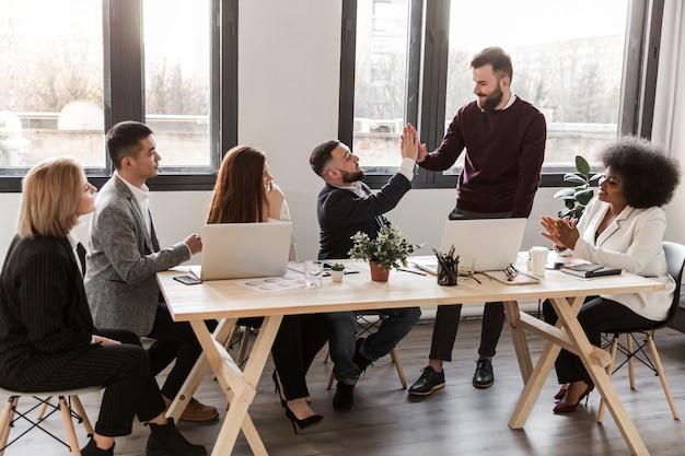Lang schot van bedrijfsmensen op kantoor