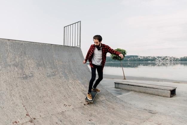 Lang schot van de mens bij skatepark