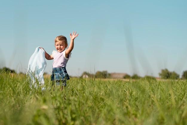 Lang schot van een klein meisje die weg kijken