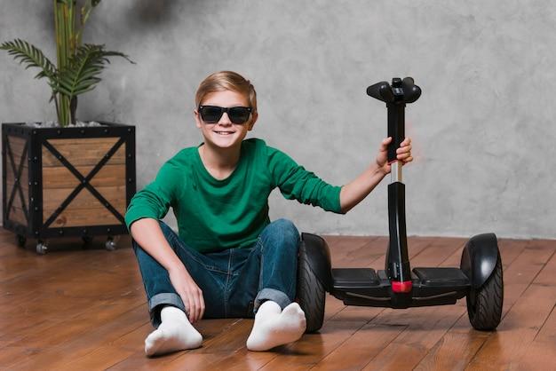 Lang schot van jongen met hoverboard