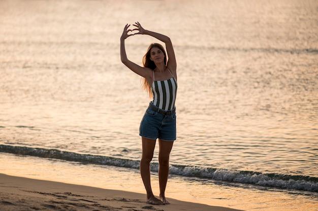 Lang schot van mooi meisje bij strand