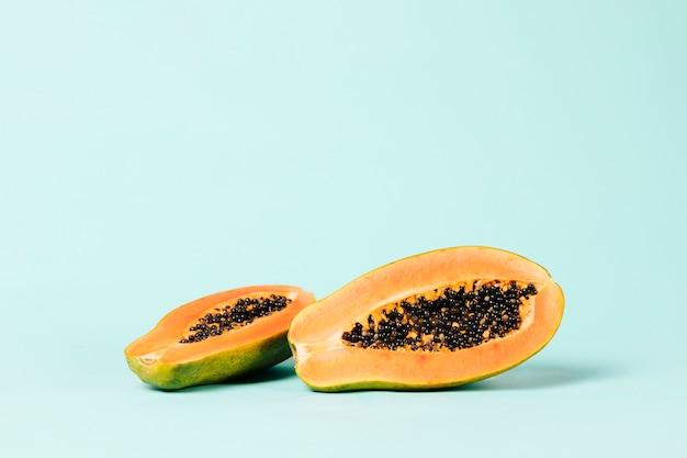Lang schot van papajafruit op blauwe achtergrond