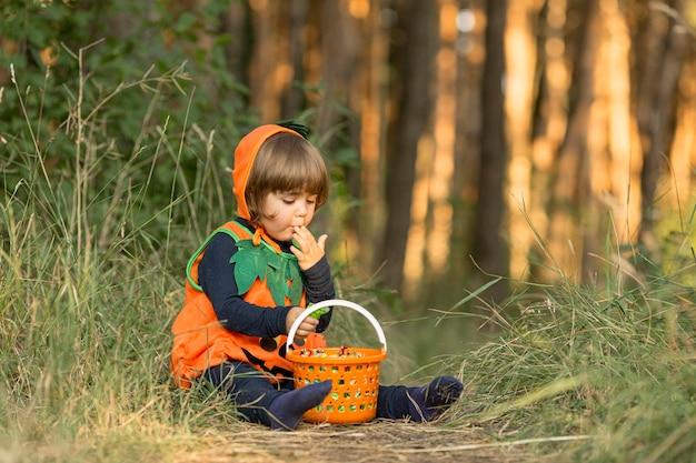 Lang schot van schattige kleine jongen in pompoenkostuum