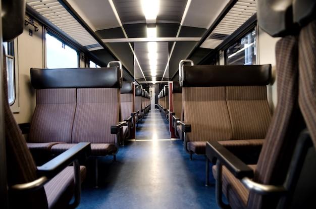 Lang shot van een treineiland met lege stoelen