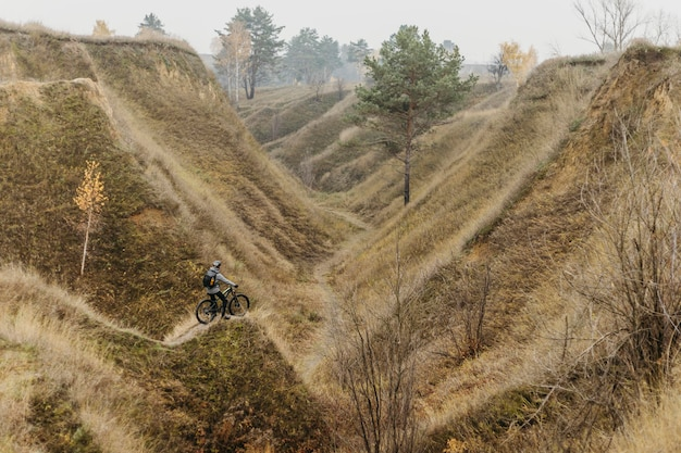 Lang shot van man rijden op een fiets