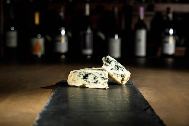 Lang zwarte schotel met blauwe kaas erop