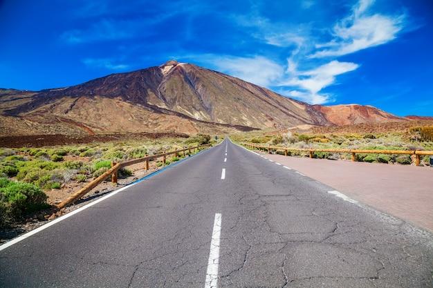 Lange asfaltweg naar de vulkaan teide in de vallei van het nationaal park in tenerife, canarische eilanden, spanje