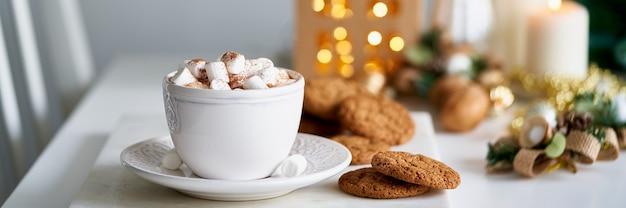 Lange banner gezellige winterse scène kerstvakantie achtergrond met kop warme chocolademelk marshmallow