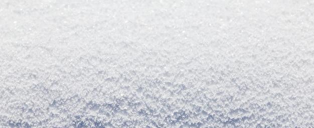 Lange banner van mooie besneeuwde achtergrond. wintersneeuw. de achtergrond van de kerstmiswinter met sneeuw en vage bokeh