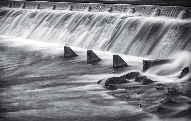Lange belichting mooi schot van de lech rivier dam in reutte