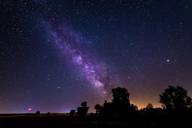 Lange belichtingsfoto van de melkweg en het galactische centrum op een veld nabij de stad madrid in spanje.