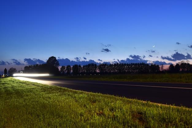 Lange belichtingsopname van het kielzog van de auto's