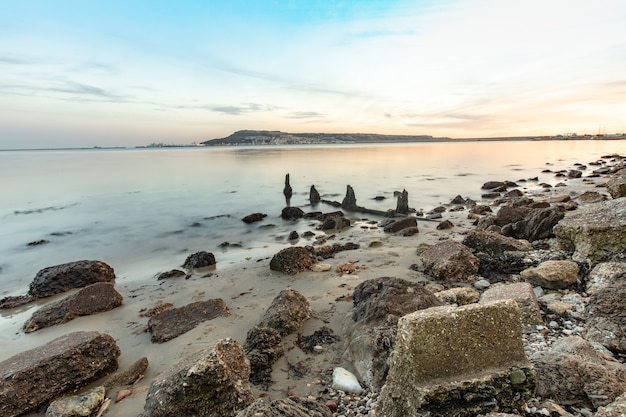Lange belichtingstijd shot van de stenen op de kust nabij portland, weymouth, dorset, uk