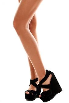 Lange benen met zwarte hoge hakken