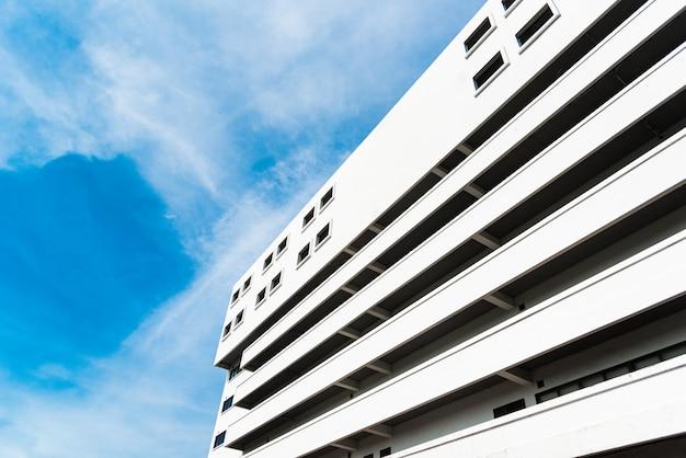 Lange bibliotheek in universiteit met blauwe duidelijke hemel en bewolkt. landschaps- en bouwconcept.