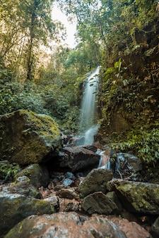 Lange blootstelling aan de waterval van het cerro azul meambar national park (panacam) aan het meer van yojoa. honduras