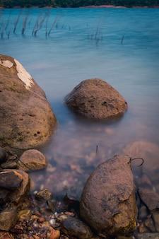 Lange blootstelling focus op de rots Premium Foto
