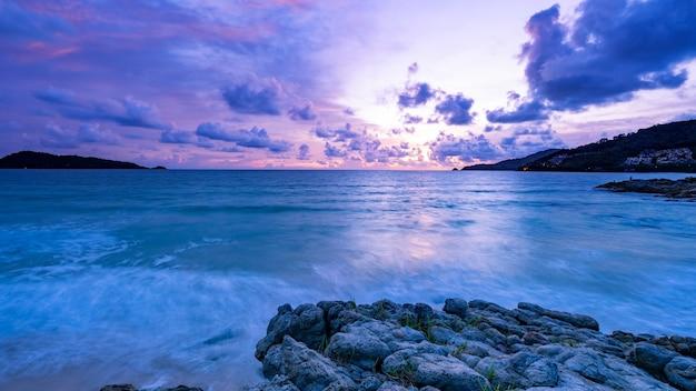 Lange blootstelling kleurrijke zonsondergang of zonsopgang boven zee heldere hemel zonsondergang met reflectie licht op zee oppervlak idyllische verbazingwekkende landschap klimaatverandering schoonheid in de natuur omgeving.