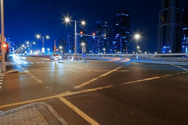 Lange blootstelling van bewegende auto's op nachtweg in dubai