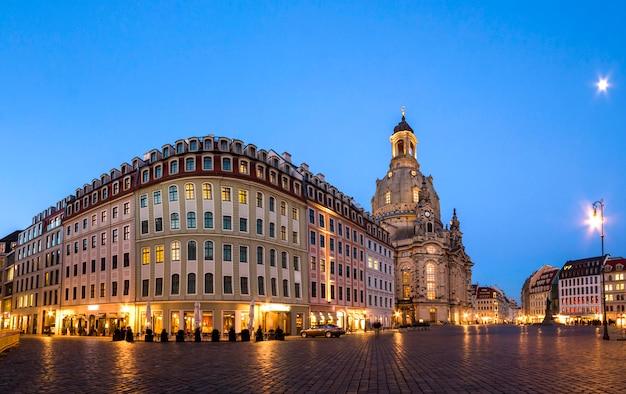 Lange blootstelling van het neumarkt-plein en de frauenkirche (onze-lieve-vrouwekerk) in dresden op heldere nacht, stadsplein. historische architectuurgebouwen in duitsland.