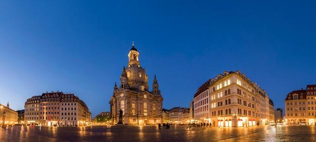 Lange blootstelling van het neumarkt-plein en de frauenkirche (onze-lieve-vrouwekerk) in dresden op heldere nacht, stadsplein met onherkenbare toeristen en lokale bewoners. historische architectuurgebouwen in duitsland.