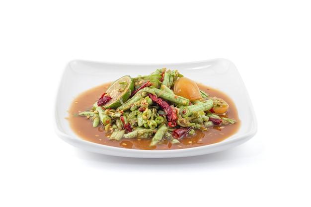 Lange boon thaise kruidige salade die op de witte achtergrond wordt geïsoleerd