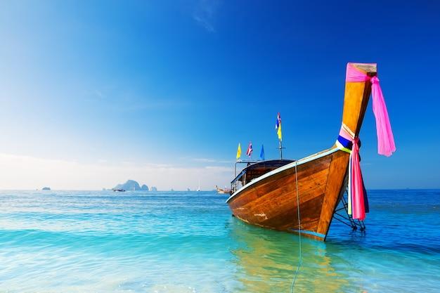 Lange boot en tropisch strand, andaman zee, thailand
