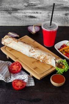 Lange flatbread wrap geserveerd met cola en saus