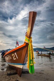 Lange houten staartboot